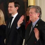 Okay, hvem er det, som lækker? Er det medlemmer af topstaben i Det Hvide Hus - Kellyanne Conway (fra venstre), Jared Kushner, Steve Bannon eller Reince Priebus. Her ved indsværgelsen i deres embede.