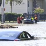 De massive oversvømmelser har foreløbig kostet 11 livet og gjort mindst 30.000 hjemløse.