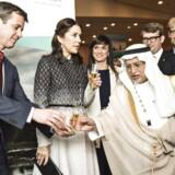Hvem sendte kronprinsparret fotograferet mandag den 29. februar 2016 i Riyad, Saudi-Arabien i anledning af Danmarks handelsfremstød, hvor bl.a. Erhvervs- og vækstminister Troels Lund Poulsen, Sundhedsminister Sofie Løhde, Kronprins Frederik og Kronprinsesse Mary deltager. Hos Einar Willumsen (ikke på billedet) bliver der smagt på Saudi Champagne. En æblecider med mintsmag.