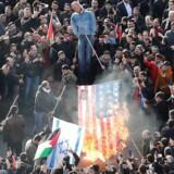 Der bliver demonstreret i adskillige lande over hele verden - her i Istanbul i Tyrkiet.
