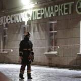 Redningspersonale uden for supermarkedet i Sankt Petersborg.