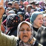 Syriske kurdere sørger i den nordlige by Afrin under en begravelse af faldne kurdiske militsmedlemmer. Pro-syriske regeringsstyrker vil mandag gå ind i Afrin for rat imødegå tyrkisk offensiv, rapporterer syrisk tv-station. Scanpix/George Ourfalian