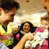 I løbet af de seneste uger er Canadas karismatiske premierminister, Justin Trudeau, gentagne gange blevet fremhævet som repræsentant for en human asylpolitik. Her tager han personligt imor en syrisk flygtningefamilie i Mississauga, Ontario.