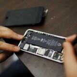 Ud over alle de tekniske komponenter, som her er ved at blive skiftet ud under en reparation, har Apple bygget beskyttelse ind i sin software, således at alle data som udgangspunkt krypteres på telefonen, så snart den er låst eller slukket. Arkivfoto: Eduardo Munoz, Reuters/Scanpix