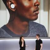 Isabelle Olsson, hardwaredesigner hos Google og svensker, taler på svensk med Googles produktchef, Juston Payne, som taler engelsk. Deres samtale oversættes af de nye ørepropper Google Pixel Buds. Foto: Elijah Nouvelage, AFP/Scanpix