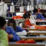 »Ansatte på cambodianske fabrikker arbejder under så ringe forhold, at det har medført massebesvimelser, over 1.160 tilfælde sidste år,« skriver Jasmine Søgaard. Billedet er fra en fabrik nær Shanghai i Kina. Arkivfoto: EPA/Qilai Shen