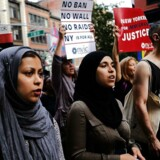 Arkivfoto, NEW YORK, 29. juni 2017. Demonstranter går på gaden i protest mod Donald J. Trumps reviderede indrejseforbud, som har til formål at hindre rejsende fra seks hovedsageligt muslimske lande i at tage til USA.