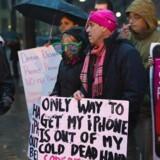 Der var i foråret demonstrationer uden for det amerikanske forbundspoliti FBIs hovedkontor i Washington, efter at FBI havde fået en domstol til at pålægge Apple at bryde ind i en beslaglagt iPhone-telefon, hvilket Apple nægtede. Arkivfoto: Paul J. Richards, AFP/Scanpix