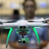Droner, som både kan flyve op med et kamera og filme eller som her bringe ting ud, er blevet et stort hit i USA. Arkivfoto: Jerome Favre, EPA/Scanpix