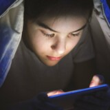 Mange børn tjekker telefonen efter sengetid, og det ødelægger deres søvn og sundhed, siger speciallæge.