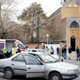 Pårørende til iranske passagerer foran moskeen ved Tehrans Mehrabad-lufthavn. 66 passagerer frygtes døde efter flystyrtet.