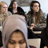 På Herlev Gymnasium er hver tredje elev indvandrer eller efterkommer fra ikke-vestlige lande. De elever, Berlingske mødte, fortalte om, at de er glade for den blandede elevsammensætning. I skolen snakker alle med alle – men i fritiden er de mere opdelt. Her har 3.c oldtidskundskab.