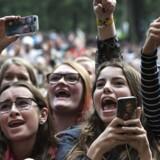 Publikum til koncert med den danske musiker Christoffer på Bøgescenen under Smukfest. Her var der rigelige mængder mobiltelefoner at få øje på.