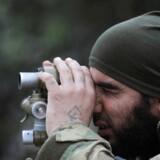 En tyrkisk støttet millitskriger uden for Afrin i Syrien.