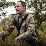 Biolog Hans Henrik Bruun, Københavns Universitet, beundrer en af de helt sjældne planter herhjemmme, bregneskærm, der bl.a. har slået rod på Amager Fælled.