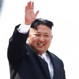 Nordkoreas leder, Kim Jong Un vinker til befolkningen under en parade. Syd- og Nordkorea vil diskutere etableringen af togskinner, der går gennem begge lande.