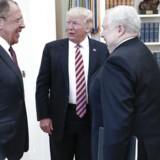 Det russiske nyhedsbureau Tass offentliggjorde dette foto efter det tilsyneladende vennesæle møde i Det Ovale Værelse i sidste uge mellem præsident Trump og den russiske udenrigsminister Lavrov (tv.) og ambassadør Kiseljak (th).