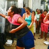 Pårørende i strid med politibetjente uden for Las Cruces-fængslet i Mexico efter meldingen om, at 28 fanger har mistet livet.