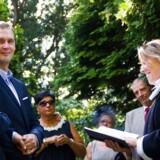 Flere hundre homoseksulle er blevet kirkeligt viet siden 2012. Her er det parret Christian og Kalle Heimbürger Lanter, der i 2013 i Frederiksberg Have blev viet af præst Birgitte Kragh Engholm.