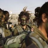 TOPSHOTS Kvindelige israelske soldater fra kampenheden Karakal. Kampenheden er med til at beskytte Israels sydlige grænse, og kvindelige soldater har været i nærkamp med væbnede islamister fra den egyptiske Sinaihalvø. AFP PHOTO/MENAHEM KAHANA