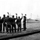 """""""Marie Mærsk"""" ankommer til Stignæs med den første danske olie hjembragt fra Nordsøen i 1972 og hilses velkommen af arbejderne."""