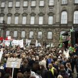 ARKIVFOTO: Elever demonstrerer på på Christiansborg Slotsplads i København torsdag 13. oktober 2016.