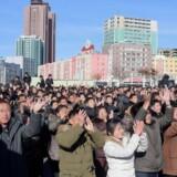 Folk i Pyongyang jubler, efter at det seneste nordkoreanske missil er blevet affyret med succes. Scanpix/Kcna