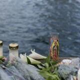 Blomster ved bredden af Københavns Havn til minde om de to ofre for ulykken.