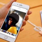 iPhone 8 Plus er kun få uger gammel, men allerede nu begynder problemerne at melde sig. Batterierne er i flere tilfælde svulmet op og har knækket telefonen ved at presse skærmen ud. Arkivfoto: Edgar Su, Reuters/Scanpix