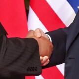 Det historiske første håndtryk mellem en amerikansk præsident og en nordkoreansk leder blev en realitet tirsdag morgen, dansk tid, i Singapore.