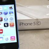 Det er en iPhone 5C som denne, der har været i søgelyset i den stærkt omdiskuterede sag i USA. Nu viser det sig, at også Google er blevet bedt om at lukke beslaglagte telefoner op for efterforskerne. Arkivfoto: George Frey, Reuters/Scanpix