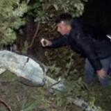 Et par mænd kigger nærmere på vraget af det syriske kampfly, der lørdag styrtede ned på den tyrkiske side af grænsen mellem Tyrkiet og Syrien. nu oplyser piloten ifølge et tyrkisk nyhedsbureau, at flyet blev skudt ned. Reuters/Reuters Tv