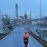 Den isnende vinterkulde har fået amerikanerne til at skrue op for olieforbruget, og det er med til at øge olieprisen til at ramme det højeste niveau i tre år. Samtidig er den lave dollarkurs dog foreløbig med til at frede de danske bilister for stigende benzinpriser. Arkivfoto: Emmanuel Dunand/AFP