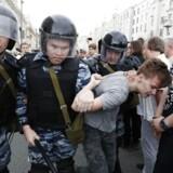 »De anholder folk, hvis de råber slagsange og står med et russisk flag. Eller hvis de bare ikke kan lide dem«, skriver Antonova, der betegner sig selv som en af demonstranterne, i en besked til Ritzau.