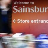 Sainsbury vurderer, at der er synergier i en fusion på mindst 500 mio. pund og siger, at man ikke har planer om at lukke supermarkeder, hvis handlen gennemføres.