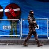 TOPSHOT - Tyrkisk officer patruljerer foran Reina natklubben, der blev angrebet nytårsnat. / AFP PHOTO / OZAN KOSE