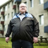 Ivan Bønneland fotograferet ved sit hjem i Kolding. Ivan er en af de beboere, der i den grad har brug for støtte for Landsbyggefonden. Sidste år oplevede han, at hans falstamme blev utæt, og det piplede ud med afføring. Altanerne er ligeledes et problem. De smuldrer væk.