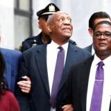 Komikeren Bill Cosby forlod tirsdag retten med sin talsmand og advokat i retssagen, hvor han er tiltalt for grove seksuelle krænkelser. Han fulgtes også med Keshia Knight Pulliam (i forgrunden), der spillede hans yngste datter Rudy Huxtable i den berømte TV-serie ´The Cosby Show´, hvor han spillede familiefaderen Cliff Huxtable. REUTERS/Brendan McDermid