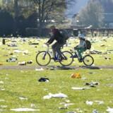 Tjen penge på at rengøre København, lyder et nyt tilbud til teenagere. Billedet er fra 2. maj 2016 i Fælledparken, hvor oprydningen efter 1. majs festligheder startede kl. 7.