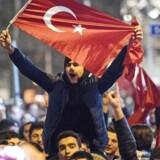 Tilhængere af Tyrkiets præsident, Recep Tayyip Erdoğan, demonstrerede lørdag aften i nærheden af det tyrkiske konsulat i den hollandske storby Rotterdam. Demonstrationen skyldtes, at den hollandske regering lørdag nægtede to tyrkiske ministre at føre kampagne i Holland forud for den folkeafsteming i Tyrkiet i næste måned, der skal give Erdoğan øgede beføjelser. / AFP PHOTO / ANP / Marten van Dijl / Netherlands OUT