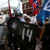 Nogle højreradikale demonstranter havde taget skjolde med til Charlottesville, mens mange gik bevæbnede rundt - hvilket ikke er ulovligt i Virginia.