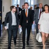 Finansminister Kristian Jensen (V) ankommer til forhandlingerne i selskab med Sophie Løhde (V) og Simon Emil Ammitzbøll (LA).