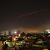 Det syriske luftforsvar skyder mod missiler over Damaskus.