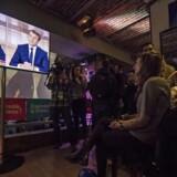 Emmanuel Macron-tilhængere følger TV-duellen med Marine Le Pen. De havde grund til at glæde sig - i hvert fald til sidst. EPA/IAN LANGSDON