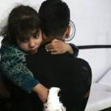 De seneste dages tæppebombning af Ghouta har ifølge det britisk baserede Syriske Observatorium for Menneskerettigheder kostet mindst 426 personer livet og skadet flere hundrede. Mindst 98 børn er dræbt.