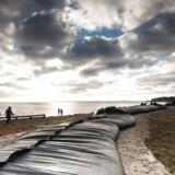 Tusindvis af danskere forbereder sig i disse timer på stormfloden. Det sker bl.a. ved at lægge watertubes og sandsække ud.