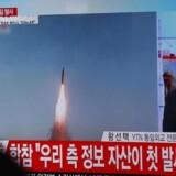 Arkivfoto: Sydkoreanere så med på tv-skærmene, da Nordkorea 6. marts testede et ballistisk missil. Ifølge både Sydkorea og USA har Nordkorea igen i nat forsøgt sig med en missilaffyring.