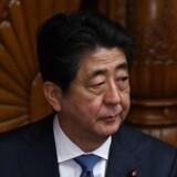 Japans premierminister, Shinzo Abe, glæder sig over, at Nordkoreas leder, Kim Jong-un, og USA's præsident, Donald Trump, skal stå ansigt til ansigt på et møde senest i maj.
