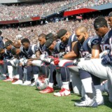 Søndag gik en lang række football-spillere i krig mod Donald Trump og valgte at knæle under nationalsangen i protest mod både præsidenten og behandlingen af sorte i USA generelt.