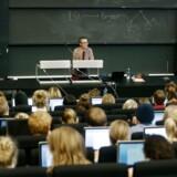 »Det er klart, at hvis vi er enige om, at der er for mange uddannelsestilbud, og at der er brug for færre, jamen, så skal nogle uddannelser ikke være der mere,« siger uddannelsees- og forskningsminister Søren Pind (V).